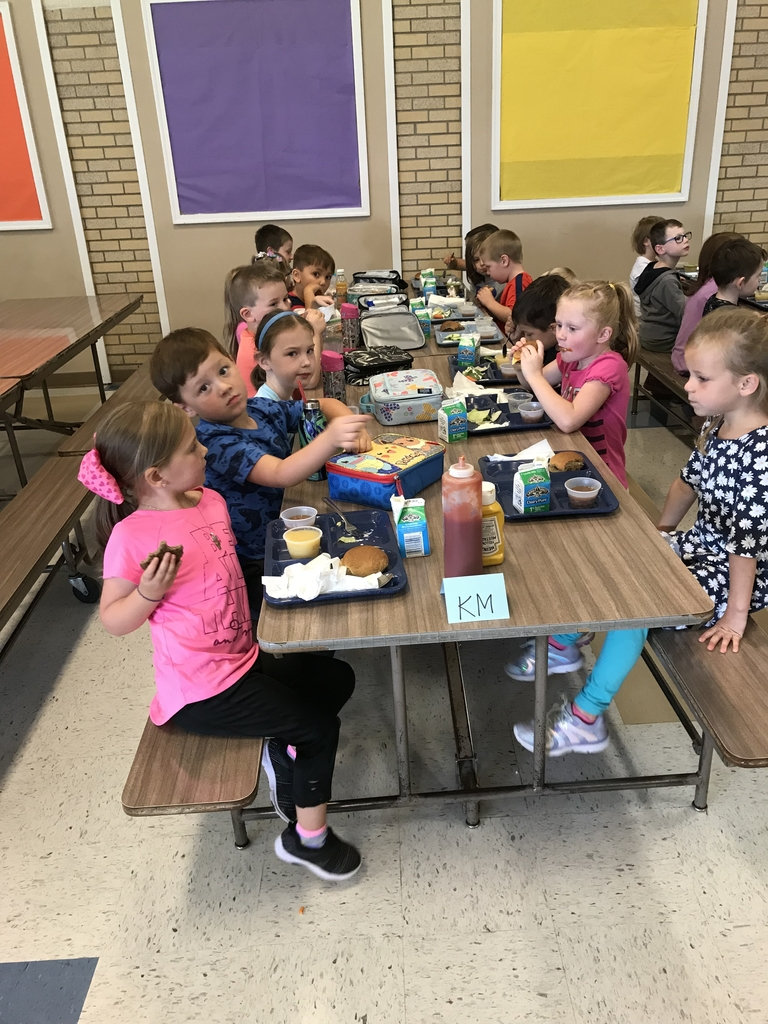 Kindergarten enjoying lunch.